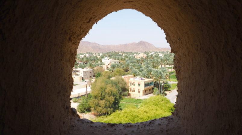 Blick durch ein kleines Fenster im Bahla Fort im Oman