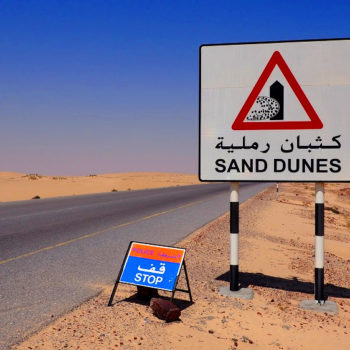 Straßenschild in der Wahiba-Sands-Wüste im Oman