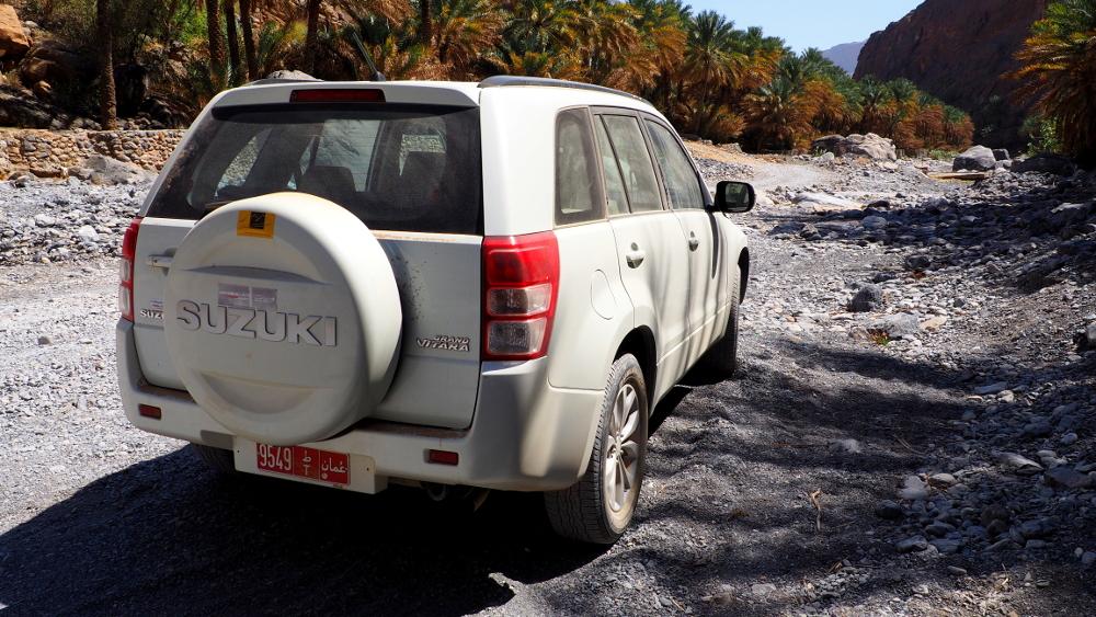 Ein Geländewagen im Wadi Ghul im Oman