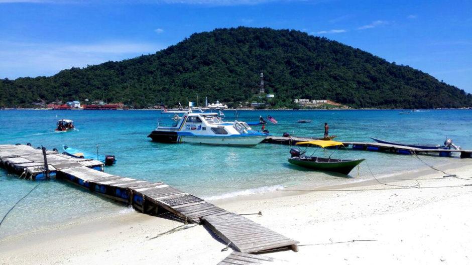 Blick auf einen Strand und einen Steg auf den perhentian Islands in Malaysia