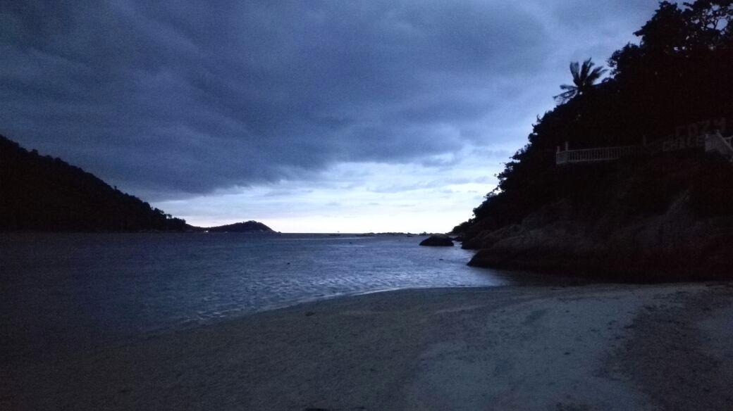 Dämmerung am Strand auf den Perhentian Islands.