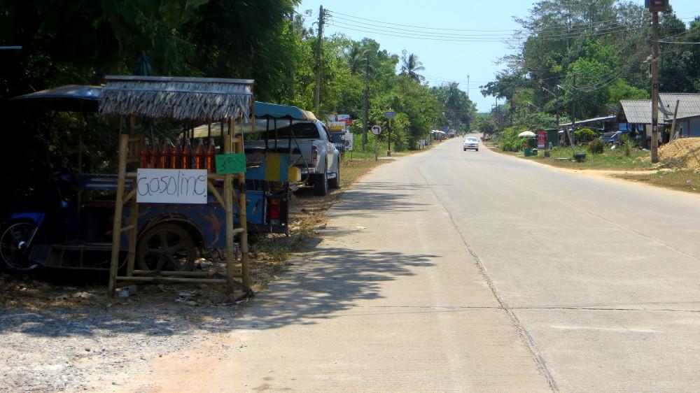 Benzinverkauf am Straßenrand auf Ko Lanta