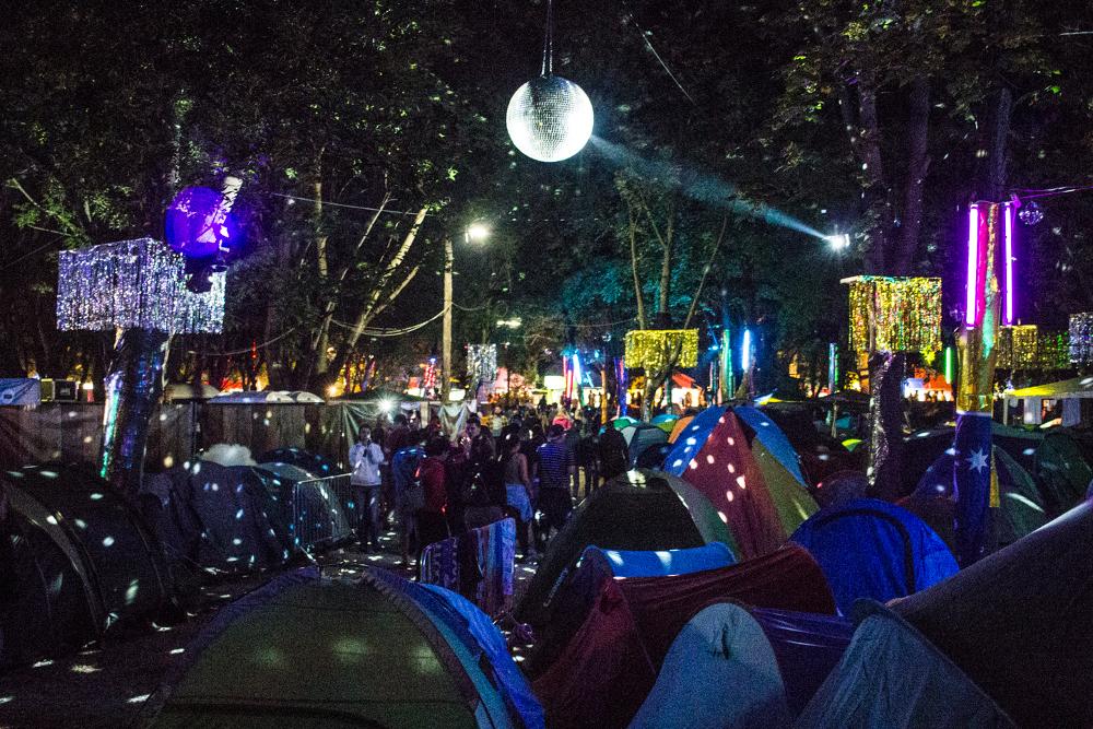Ein Teil des Campinplatzes beim Sziget 2016 bei Nacht