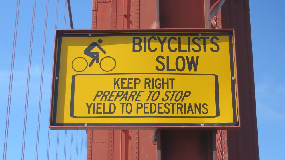 Hinweisschild für Fahrräder auf der golden gate Bridge