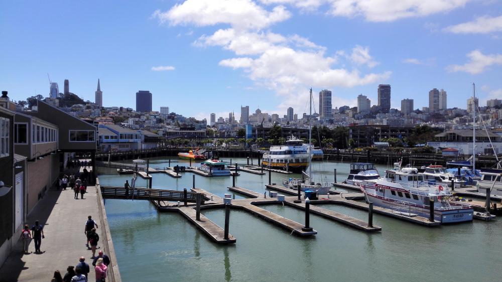 Blick auf die Skyline von San Francisco vom Pier 39 aus