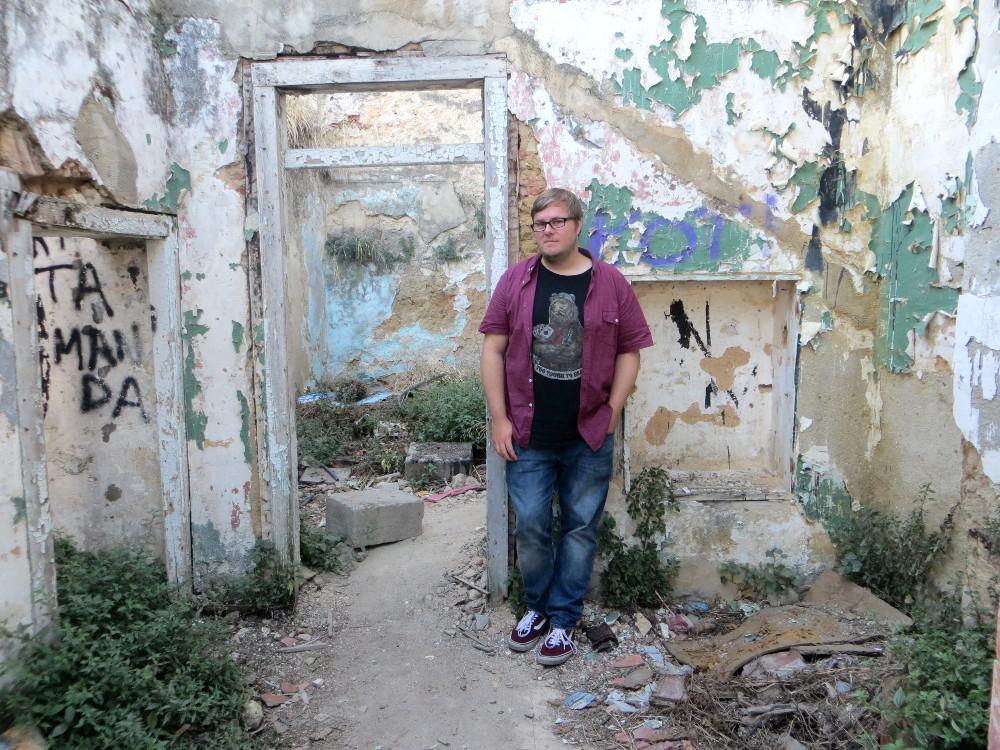 Marc Möllmann in einer Graffitiruine in Alfama