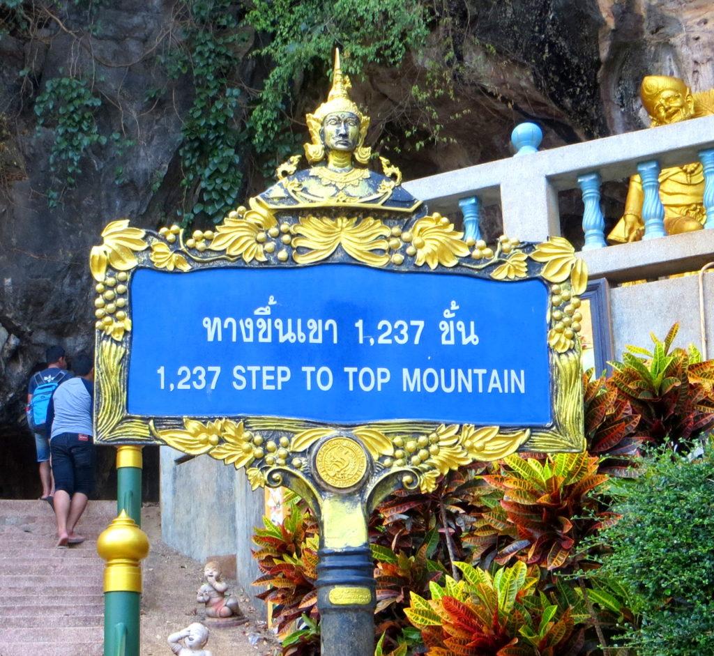 Hinweisschild mit der Anzahl der Stufen am Tiger Cave Tempel