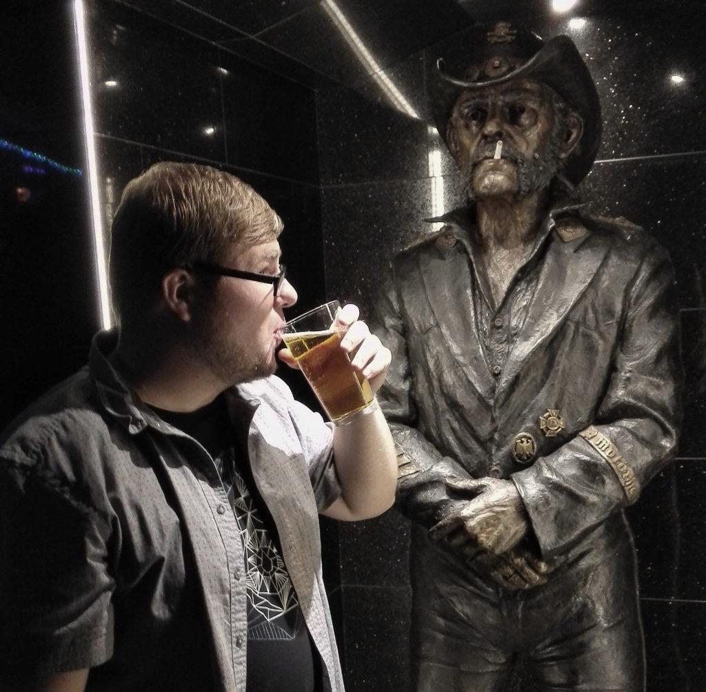 Lemmy Kilmister Statue in derRainbow Bar