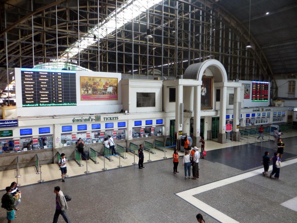 Bahnhofshalle von Hua Lamphong in Bangkok