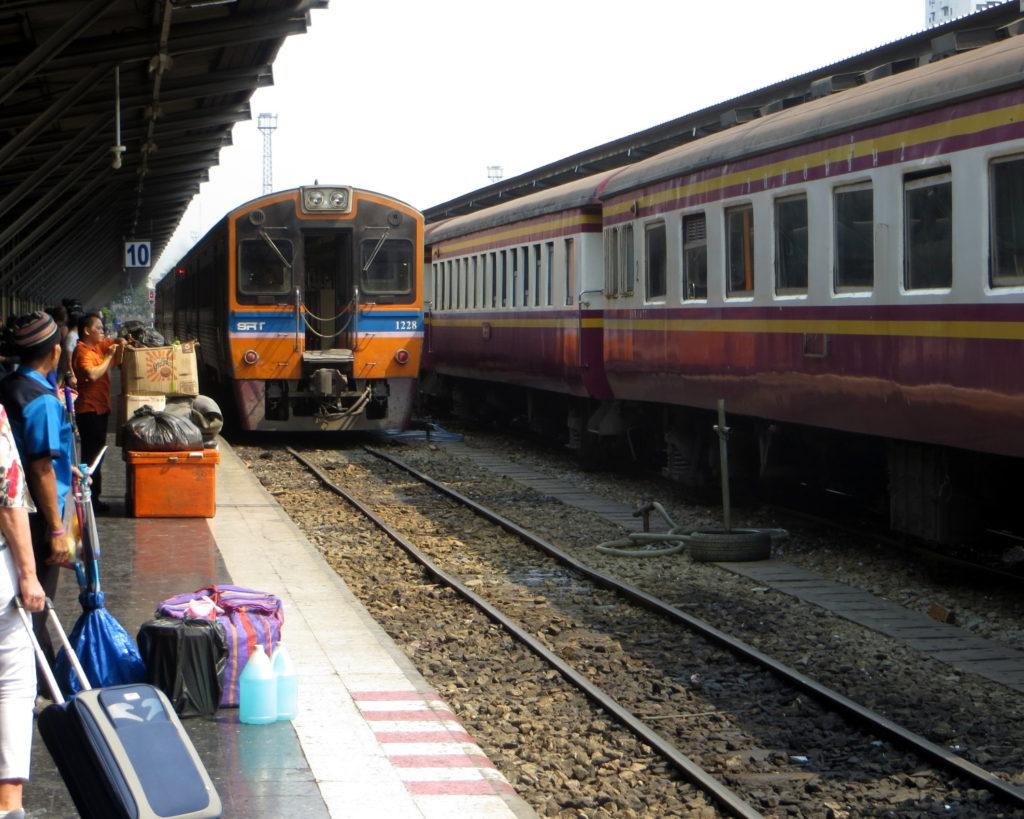 Einfahrt eines Zugs am Bahnhof Hua Lamphong