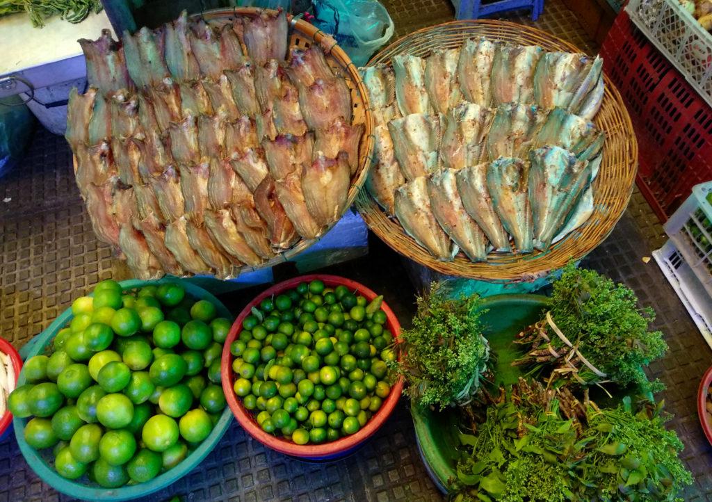 Limetten und Fisch auf dem Zentralmarkt von Phnom Penh