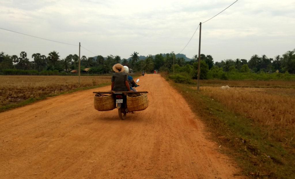 Eine Frau auf einem Roller im Hinterland von Kampot
