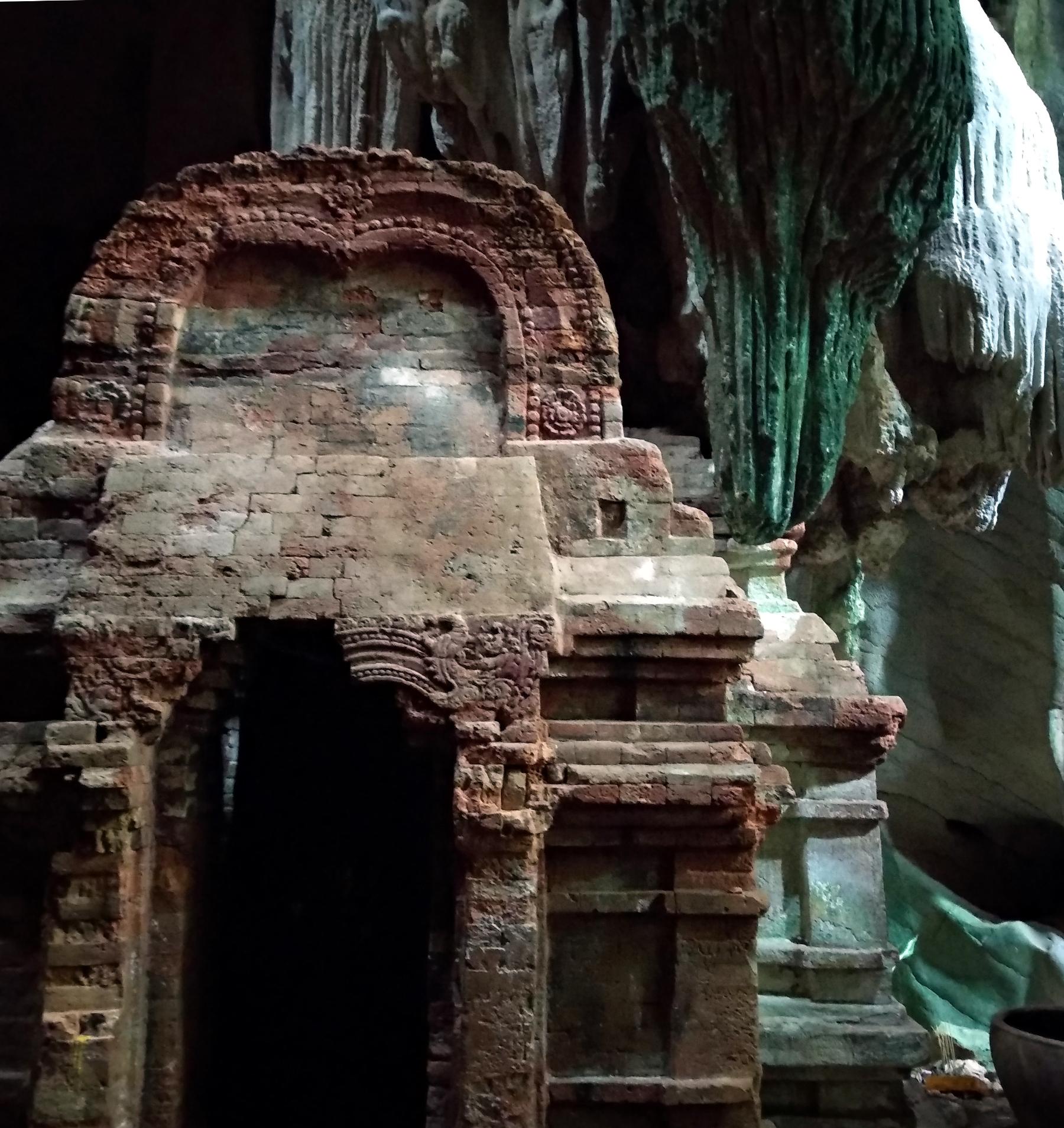 Kampot Schrein im Höhlentempel Phnom Chhngok
