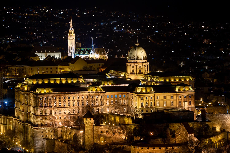 Budapester Burg und Matthiaskirche bei Nacht