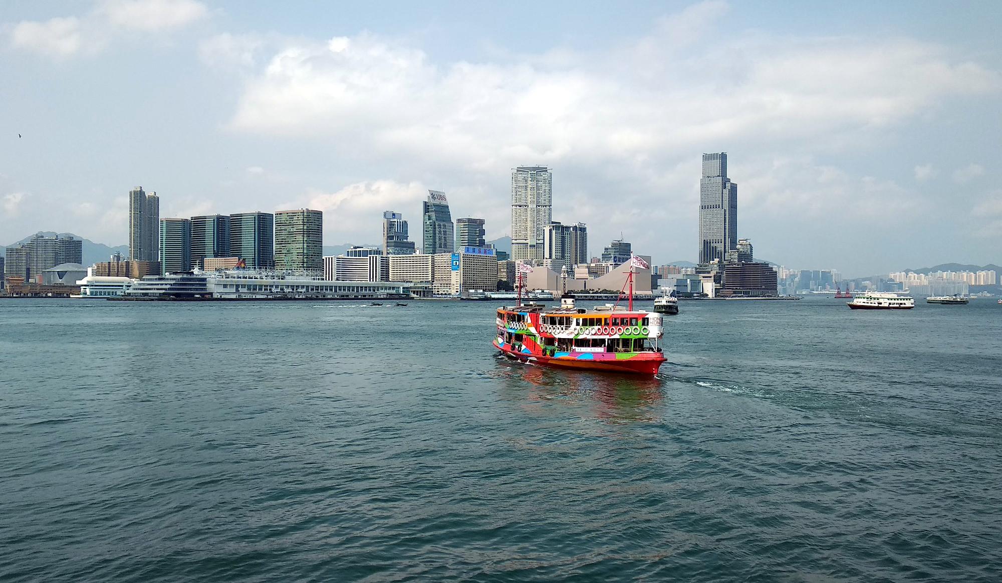 Blick auf Kowloon und ein Boot der Star Ferry