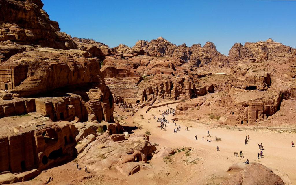 Fassadenstraße und Amphiteater in Petra