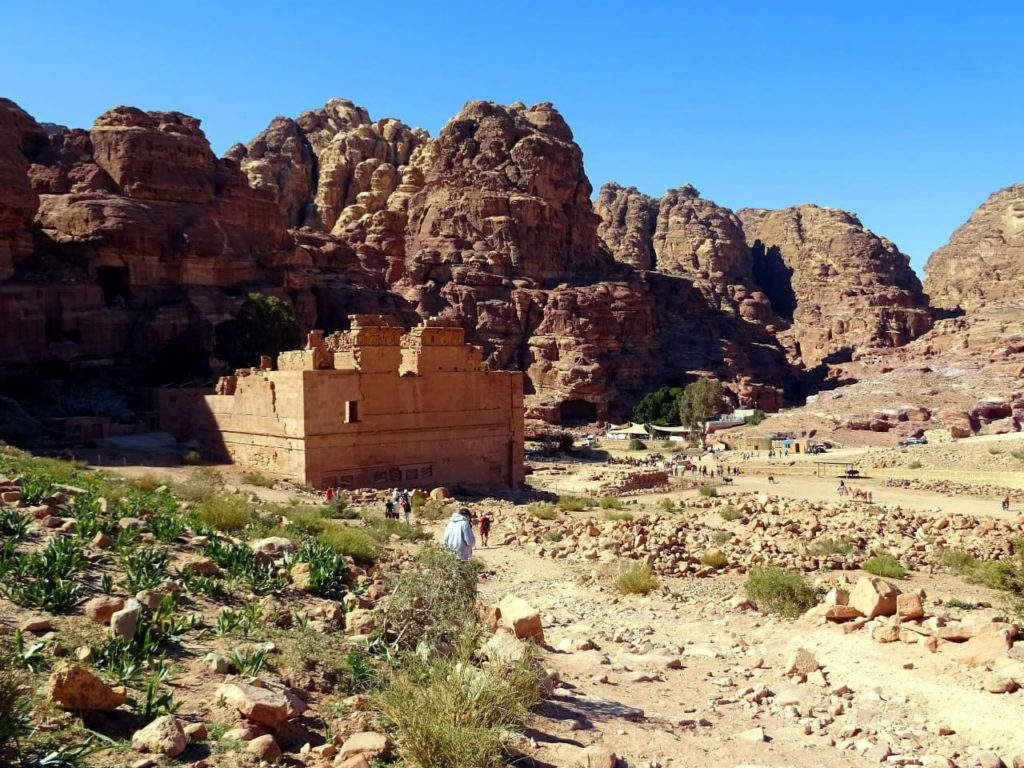 "Qasr al-Bint und ""The Basin"" in Petra"